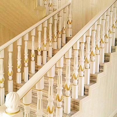 白色实木楼梯